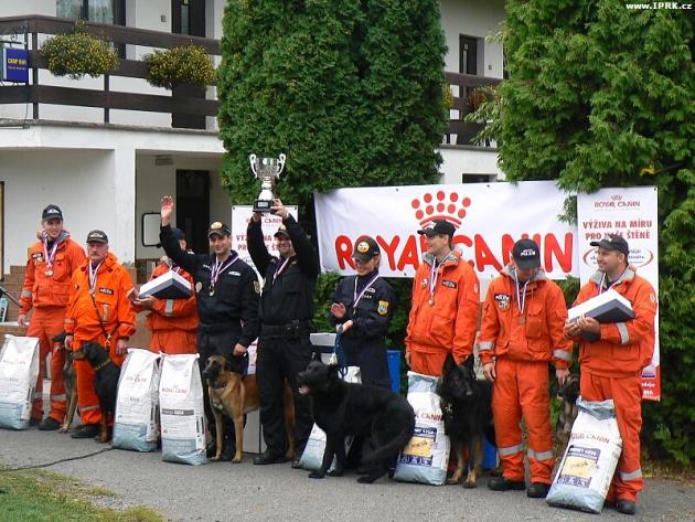 Stupně vítězů na MR psovodů-záchranářů IZS 2012