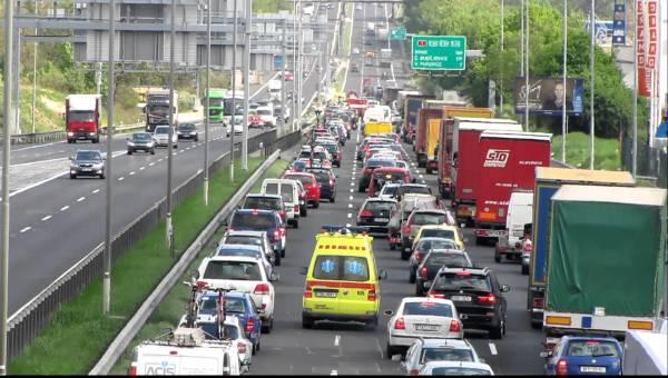 Průjezd záchranky kolonou na dálnici