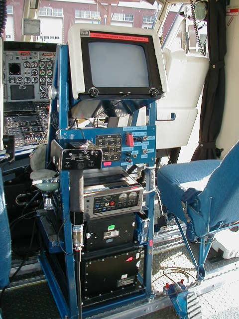 Termovize Flir (obrazovka a ovládací panely) na policejním vrtulníku Bell 412