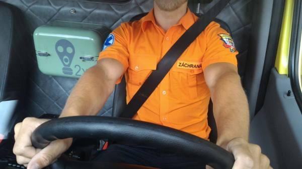 I záchranáři používají pásy ...
